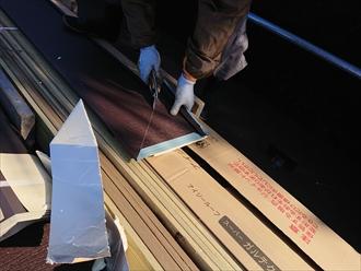 屋根材に線を書き出し、それにそって板金をカット