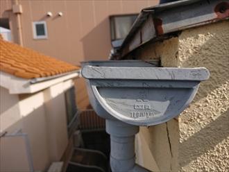 ついている雨樋も建てられた当時の物がそのままついており、屋根材も錆びが多く目立ちます