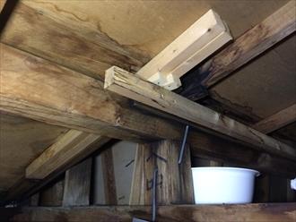 横浜市神奈川区羽沢町で雨漏り調査、化粧スレート屋根の塗装時は縁切りもしくはタスペーサーの差込みが必要です