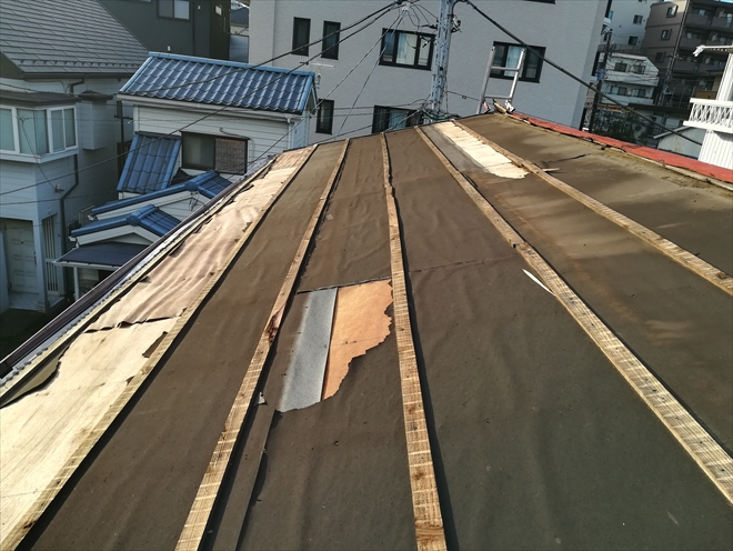 横浜市西区伊勢町にて築40年のトタン屋根の台風被害調査