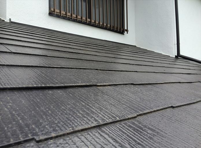縁切りやタスペーサーが差し込まれていないスレート屋根