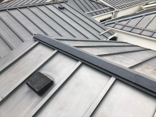 横浜市港北区新吉田東にて縦葺き屋根の棟板金交換工事を行いました