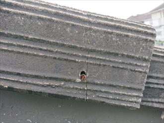釘も錆てしまっており、モニエル瓦自体も亀裂が入り雨漏りの要因となってしまっています