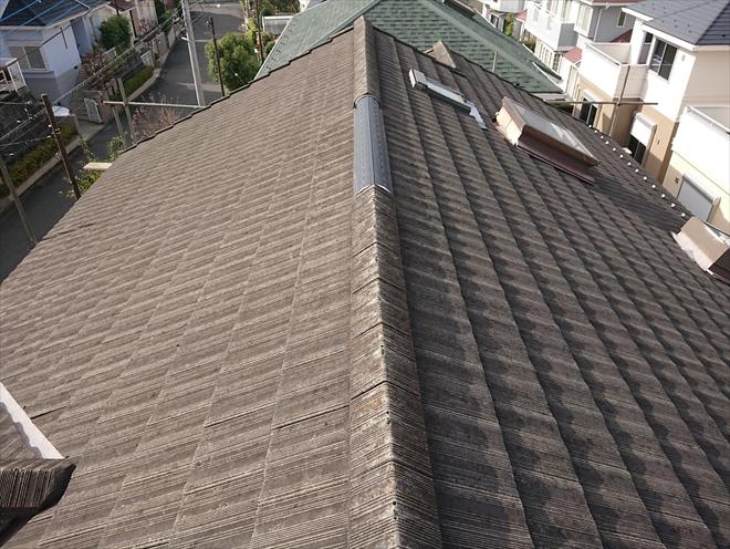 今では欲しくてもどうにも手に入らないモニエル瓦で葺いている築28年の切妻屋根