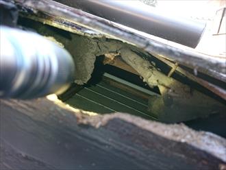 スレートが固定できておらず釘がむき出しの状態の屋根材の裏側