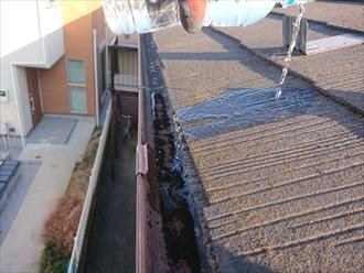 位置から水を流すと現状ですと雨樋内に雨水が納まっています