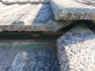 セメント瓦がズレて隙間ができてしまっています。中に見えます固定するための釘もない箇所もありました