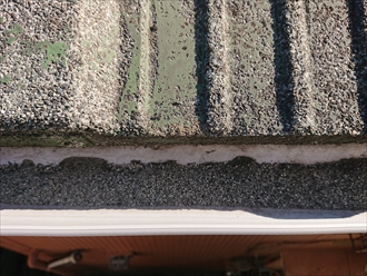経年で削られて表面から剥がれた化粧石が、雨樋に多く溜まってしまっています。雨水の流れも悪いと思われます。