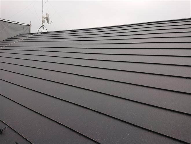 横浜市保土ヶ谷区仏向町にて台風被害による屋根改修、アスファルトシングル材へスーパーガルテクトでカバー工事した様子