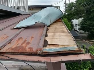 横浜市保土ヶ谷区仏向町にて台風によるトタン屋根の捲れの復旧工事を行いました