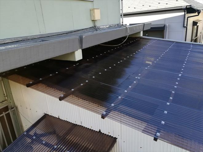 横浜市都筑区川和町にて剥がれかけた波板をポリカ波板へ張替え