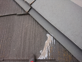 10年以上前に葺き替え工事をしている築30年の木造あアパート。いつ行ったかわかりませんが補修の跡があります。