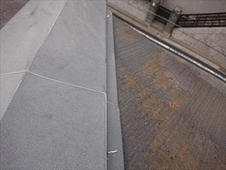棟板金の釘も多く抜けかかっており、貫板の心配も必要です。また日当たりの悪い北面も苔や藻で覆われており、状態としては悪いと思われます。