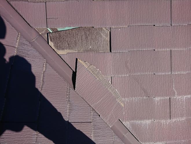 谷にのっていためくれたというより、割れて運よく屋根に引っかかっている様な状態の築14年経過したスレート・コロニアル屋根材