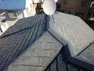勾配も急で多面体の屋根、日当たり良い悪い関わらず全体に色褪せが分かります。