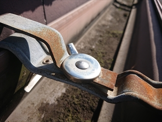 横浜市都筑区長坂で雨樋交換の為に旭化成の築24年木造住宅の軒樋と竪樋を調査