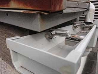 横浜市戸塚区上矢部町にて駐車中にお隣の竪樋(たてどい)へお車をぶつけてしまったとのことで補修の為調査しました