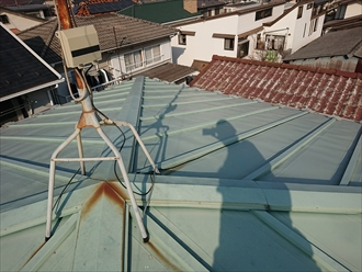テレビ用アンテナを支える屋根馬、アンテナを取り付けているポールが腐食してしまっており、錆びが屋根材に流れてしまっています。