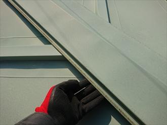 棟板金の固定力を試す為に横から手を差し込むと軽く浮いてしまいます。