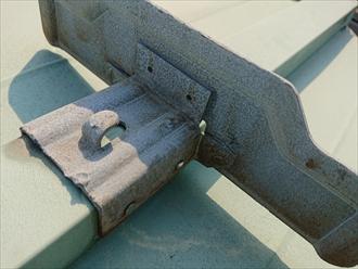 軒先には必ず設置してある雪止めも錆が進んでしまっているのと、釘が抜けかかっている箇所もあり、不安が残ります。