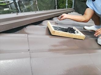 横浜市保土ヶ谷区初音ヶ丘で波型スレート屋根に漆喰(しっくい)詰め直しを行いました