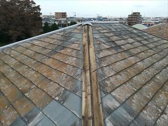傷みの激しい屋根の様子