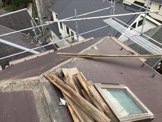 横浜市港北区高田東にて強風で飛散した棟板金の交換工事の様子