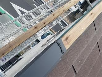 横浜市中区本牧町にて片流れ屋根の棟板金交換の様子