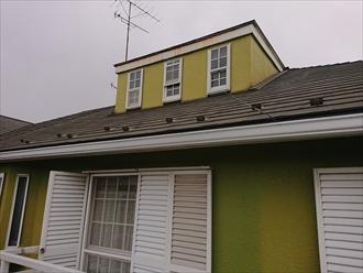 広いベランダからスレート屋根の様子を見た所、特に傷みはありませんでしたが、綺麗な緑色に塗られた小屋裏部分の上の状態がお客様は特に心配されていました。