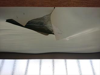 台所の出窓になっている箇所の天井から水が染み入ってしまって壁紙も剥がれ下地が見えてしまっています。