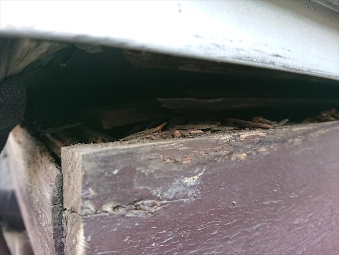 出窓上に設置してあるトタンの庇が機能していません。端を上げてみると簡単に内部が見えてしまい、そこに見える木部はほぼ腐食していました。