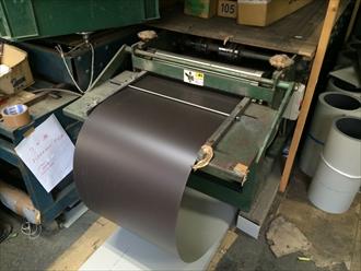 ガルバリウム鋼板を工場にて曲げ加工