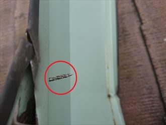 捲れた棟板金には釘が残っていますがこのまま飛散して建物などに当たって二次被害の恐れもあります