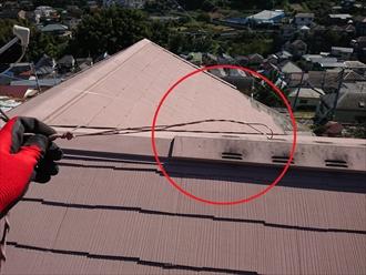 ケラバ付近に打ち込まれていたであろうテレビ用の支線も外れてアンテナも倒れそうです