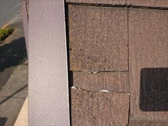ケラバを掴みながら屋根に上がっている途中に見つけたスレートの割れ