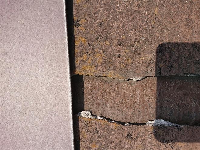 横に大きく割れて触るとズレて落ちてしまうスレート屋根材