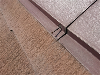 これだけ釘が抜けそうになっていると板金の隙間から貫板や屋根材の裏への雨水の侵入を心配しないといけません