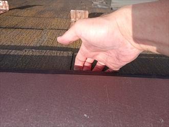 棟板金も釘浮きが多く手を差し込むと軽く持ち上がってしまいます。