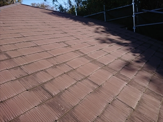 棟板金も飛散してしまい雨水も吸ってしまって黒ずんでいるスレート屋根