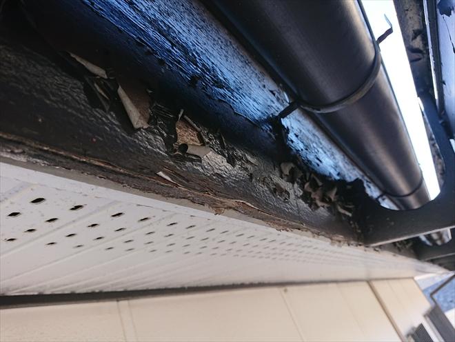雨樋も経年で支持金具などの錆びが見受けられますが打ち込まれている鼻隠し、破風板の腐食が気になります。