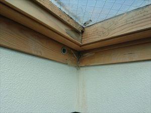 雨水が室内へ入ってしまっており、木枠も雨水の影響で腐食して数年が経過したとみられる跡があります。
