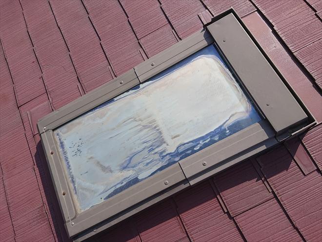 二重ガラスには亀裂が入り結露が発生しています。元々は透明だったガラスも曇って室内が見えない状態です。