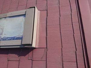 トップライトの周りのスレート屋根も雨水を吸い込みすぎて踏むとミシミシと音なっています。