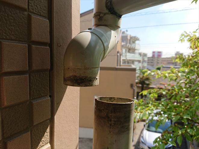 茅ヶ崎市堤にて二階から下りてきている雨樋がズレて雨が正常に流れていないとの事で調査致しました