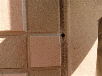 よく窯業系サイディングのシールが打ってある箇所に支持金具を打ち込んでいる建物を多く見かけますが、シールで保護をしている箇所に穴をあけてしまうのはいただけません。