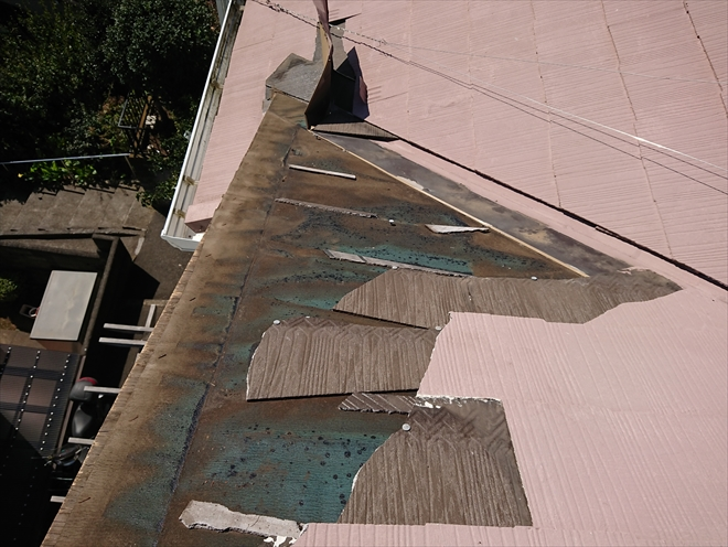 ケラバごと飛散してしまった化粧スレートで葺かれた屋根の様子