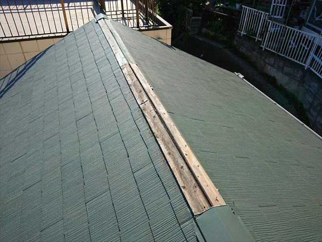 切妻屋根の大棟部分の半分以上がめくれてしまい板金はなくなってしまっています