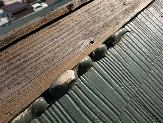 茅ヶ崎市甘沼にて屋根調査、棟板金が飛散してしまった原因は貫板の劣化でした