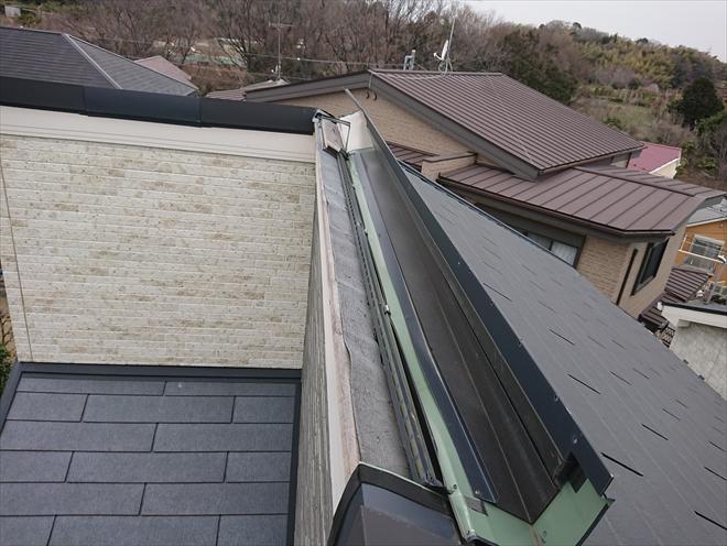 強風に煽られやすい、片流れ屋根の棟板金がめくれてしまった様子。