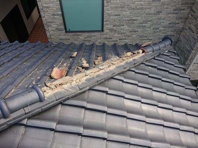 厚木市幸町にて経年で漆喰が劣化し棟瓦が一部倒壊、棟取り直し工事が必要です